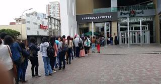 gente esperando en una fila