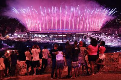 habitantes de favelas viendo inauguración en Rio
